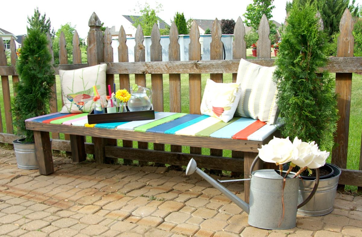 beautiful-summer-outdoor-pallet-bench-diy